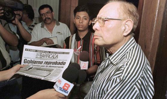 Tomás Borge, en una rueda de prensa en 1998.