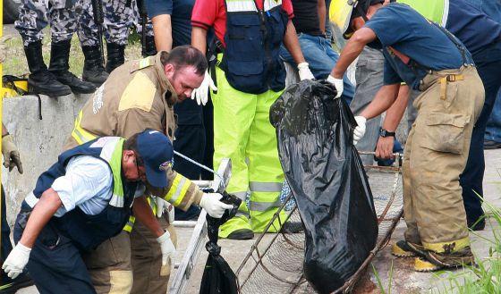 Los forenses levantan los cadáveres de los periodistas asesinados