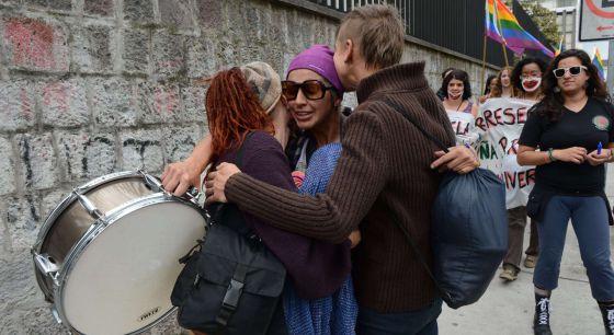 Varios ciudadanos celebran el apoyo de Obama al matrimonio homosexual.