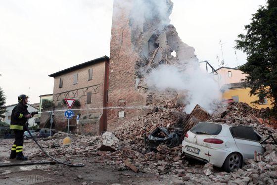 Un bombero trabaja junto a los escombros de un edificio.
