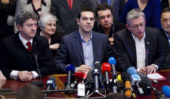 Alexis Tsipras, entre Jean-Luc Melenchon, del Frente de Izquierda y Pierre Laurent, del Partido Comunista francés, el 21 de mayo en París.