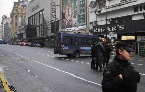 La policía argentina cierra el tráfico alrededor del teatro Gran Rex de Buenos Aires, tras el hallazgo de una bomba detrás del escenario.