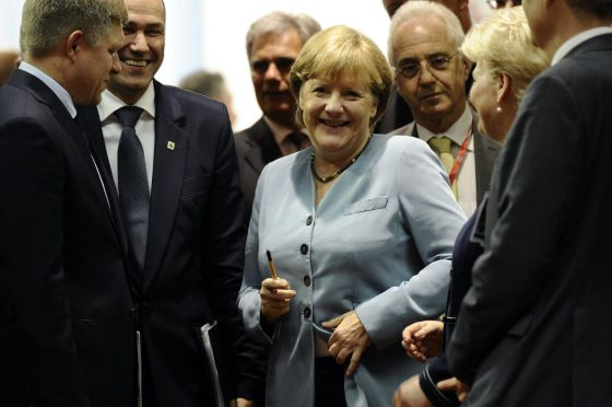 La canciller alemana Angela Merkel (centro).