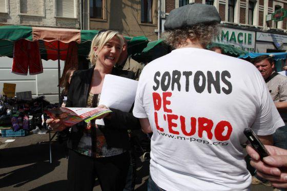 Marine Le Pen, que obtuvo el 20% de apoyo en las presidenciales, hace campaña por la salida de Francia de la moneda única.