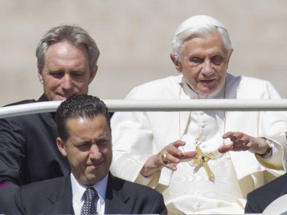 El Papa este miércoles en la plaza de San Pedro con su mayordomo (con corbata) y su secretario personal.