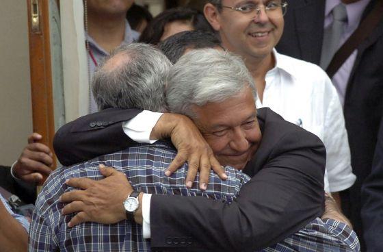 Andrés Manuel López Obrador (derecha), candidato presidencial del Partido de la Revolución Democrática, abraza al poeta Javier Sicilia.rn