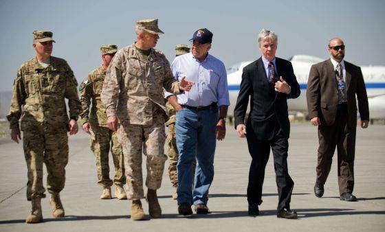 El secretario de Defensa, Leon Panetta (en el centro), habla con el general John Allen, el comandante de la misión internacional en Afganistán.