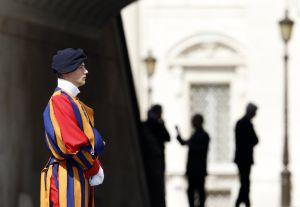 Un guardia suizo espera al Papa este miércoles.