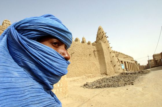 Un tuareg junto a la mezquita de Tombuctú, en marzo de 2004.