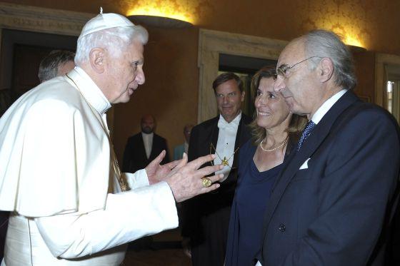 Benedicto XVI habla con Gotti Tedeschi en el Vaticano en 2010.