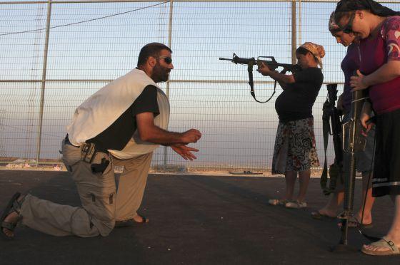 Colonas israelíes entrenan en una pista de baloncesto en el asentamiento judío Pnei Kedem, en septiembre de 2011.
