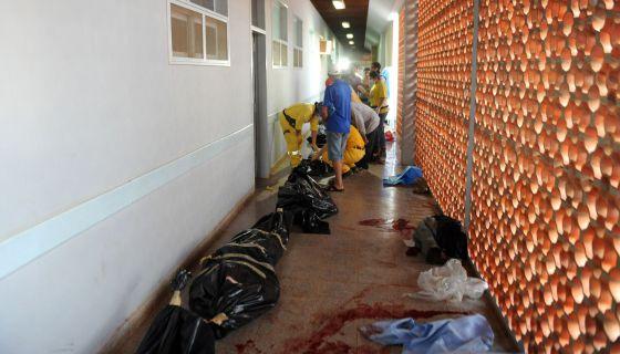 Los cadáveres de algunos de los campesinos muertos en el tiroteo yacen en un pasillo de un centro de salud de Curuguaty.