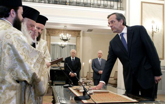 El nuevo primer ministro griego Antonis Samarás jura su cargo.