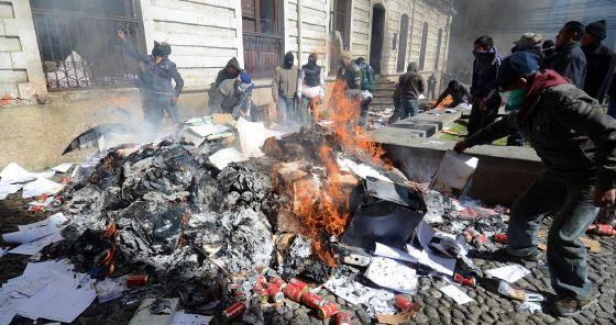 Agentes queman documentos en una sede policial de La Paz. / EFE