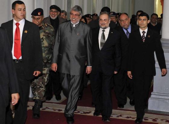 Lugo sale del Palacio de Gobierno, en Asunción, tras ser destituido.