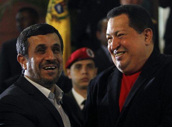 Hugo Chávez y su homólogo iraní, Mahmud Ahmadineyad en Caracas, el viernes.