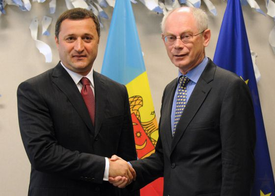 Van Rompuy saluda al primer ministro moldavo, Vlad Filat, en Bruselas.