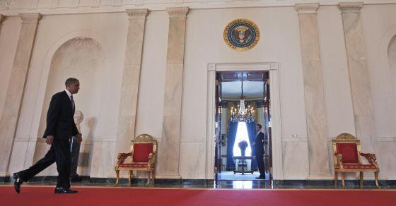 Obama se dirige a la Habitación Azul de la Casa Blanca para dar la rueda de prensa tras conocerse la resolución del Supremo.