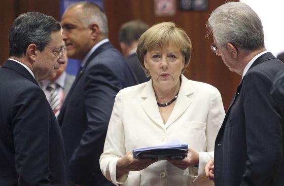 Draghi, Merkel y Monti, en la cumbre europea.