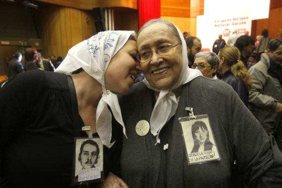 Carla Artés, nieta recuperada por las Abuelas de Plaza de Mayo, besa a su abuela, durante un acto de apoyo al juez Baltasar Garzón en Madrid en 2010.