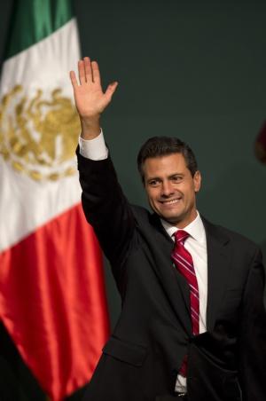 El presidente electo mexicano, Enrique Peña Nieto, saluda a sus seguidores el pasado domingo.