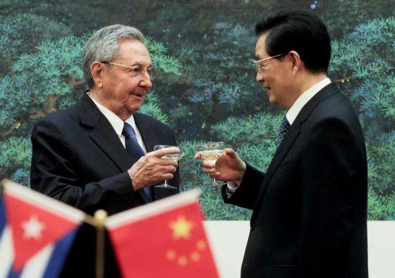 Raúl Castro y su homólogo chino, Hu Jintao, en el Palacio del Pueblo en Pekín.