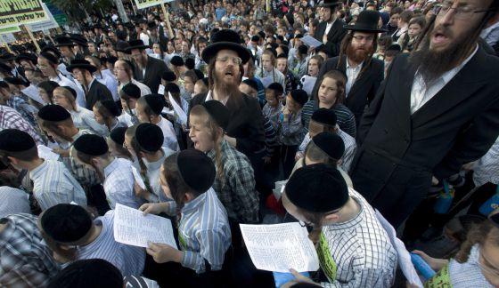 Judios ultraortodoxos se manifiestan contra la ley que les impone el servicio militar.