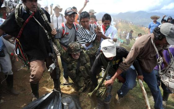 Indígenas arrastran al sargento Rodrigo García en Toribío.