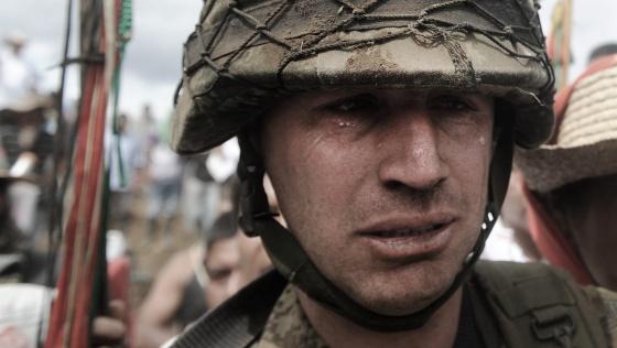 El sargento García, llorando después de que los nativos lo echaran de su puesto.
