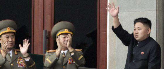 Kim Jong-un saluda al ejército durante un acto en abril pasado.