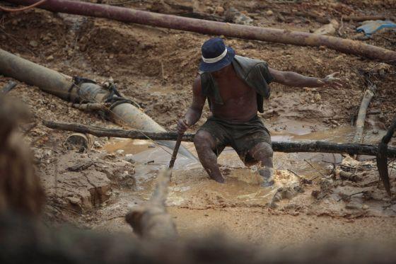Un trabajador en una mina ilegal en Madre de Dios (Perú).