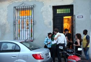 Varias personas llegan a la casa de Payá tras conocer la noticia.