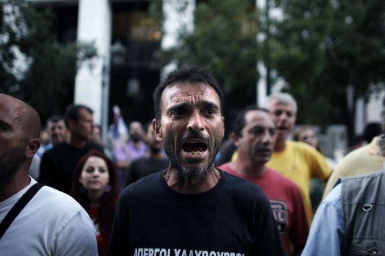 Obreros de una acerería en huelga protestan en Atenas.