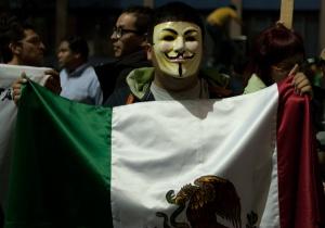 Un manifestante en Televisa con la careta de Anonymous.