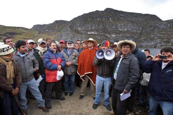Los sacerdotes Miguel Cabrejos y Gastón Garatea (cuarto y quinto por la derecha) con un grupo de cajamarquinos.