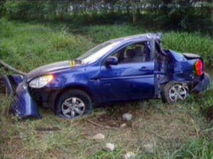 El coche accidentado, en una captura de la televisión cubana.