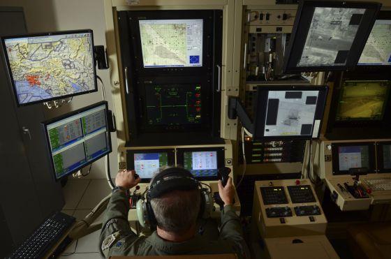 Un piloto controla desde la base militar de Hancock, en EE UU, un 'drone'.
