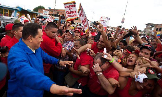 Hugo Chávez saluda a sus seguidores en un acto de campaña el domingo pasado en Valencia (Venezuela).