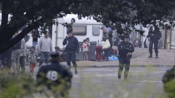 La policía evacua un asentamiento ilegal de gitanos en Villeneuve d'Ascq, en el norte de Francia.rn