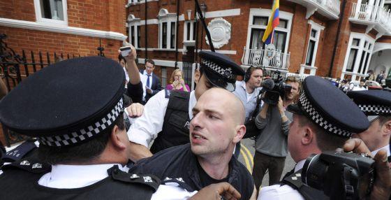 La policía británica arresta a un simpatizante de Assange a las puertas de la embajada de Ecuador.
