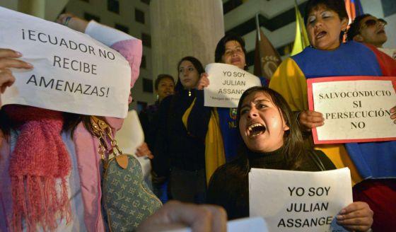 Protesta frente a la embajada británica en Quito.