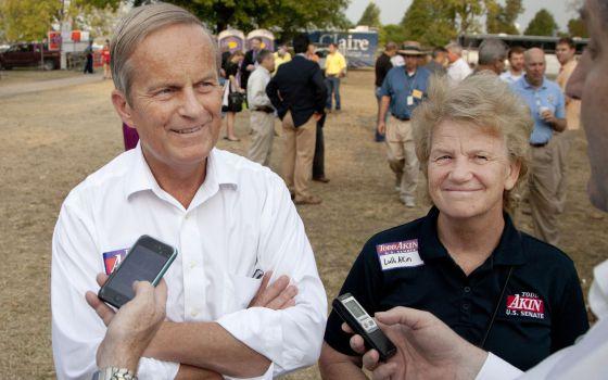 El congresista republicano Todd Akin (Izda.) junto a su mujer Lulli durante un evento en Missouri.