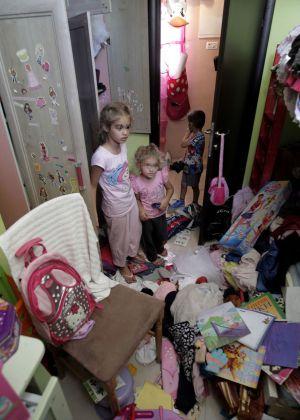 Dos niñas palestinas en su habitación, tras el registro de la casa por las fuerzas de seguridad israelíes en busca de armas, en Jerusalén.