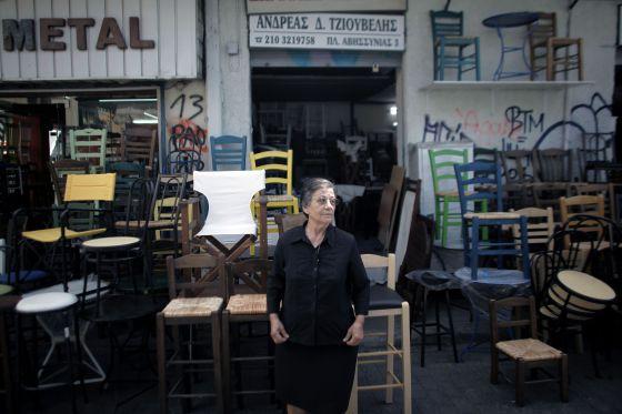Una mujer, en su tienda de muebles en Atenas.