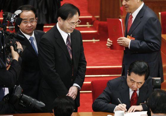 Ling Jihua, de pie, junto al presidente Hu Jintao, en marzo de 2012.