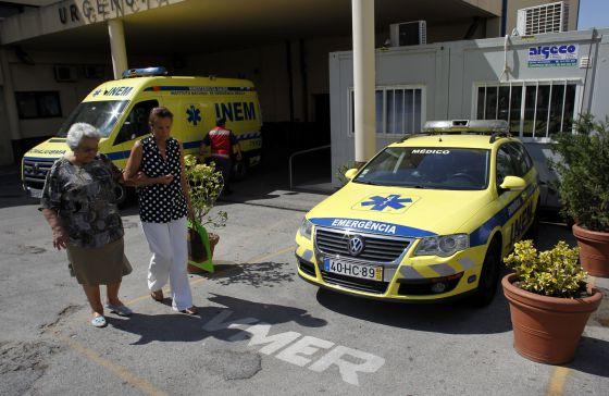 El coche médico de urgencias de Torres Vedras, aparcado el miércoles delante del hospital.