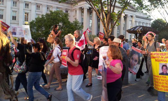 Los integrantes de la caravana por la paz durante su marcha por Washington.
