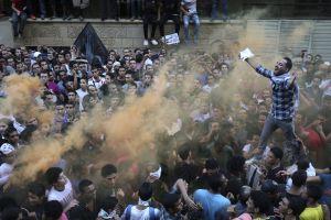 Manifestantes lanzan soflamas contra EE UU a las puertas de su embajada en El Cairo.