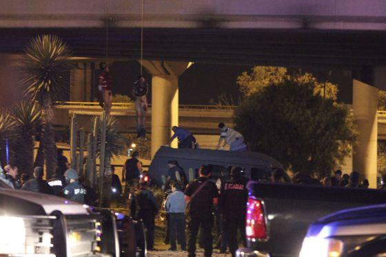Dos hombres colgados de un puente de San Luis Potosí, el pasado 6 de septiembre, víctimas de la guerra interina de los Zetas.
