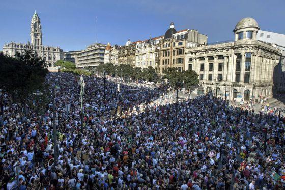 Una multitud se manifiesta en Oporto contra los recortes.